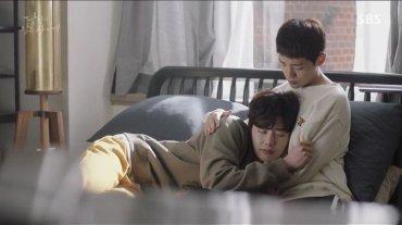 Quand le petit frère console le grand :)
